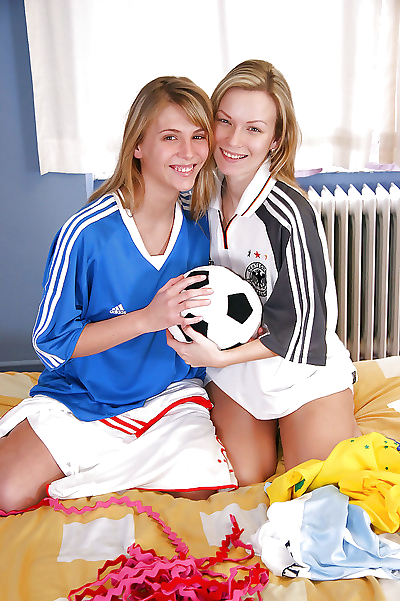 Sporty teens strip their..